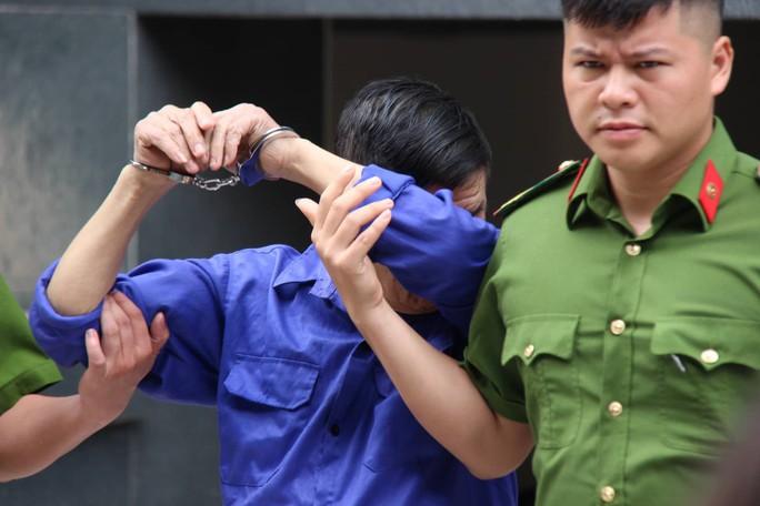Ông trùm Hưng kính liên tục lấy tay che mặt, tránh ống kính phóng viên khi ra tòa - Ảnh 1.