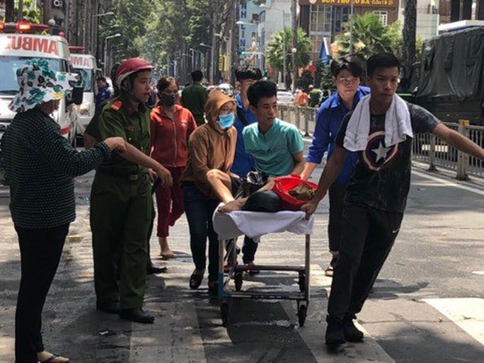 Cháy ký túc xá 929 Trần Hưng Đạo, cư dân nháo nhào, bệnh viện kề bên sơ tán - Ảnh 3.