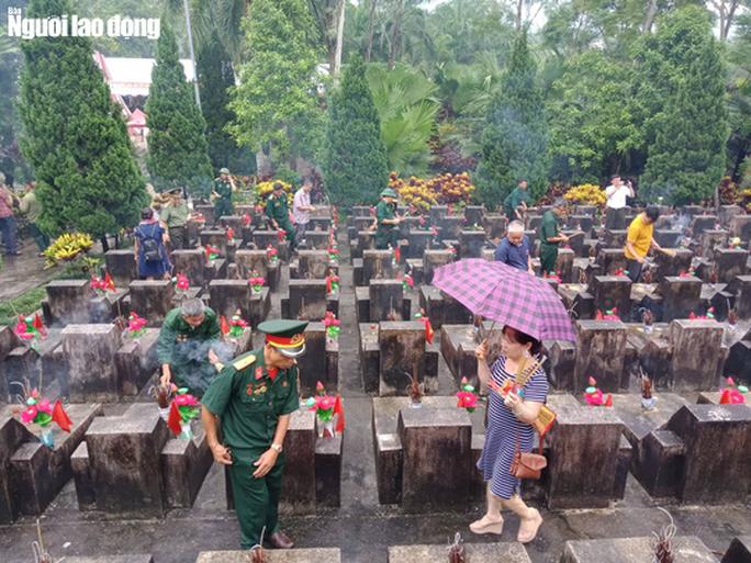 Nghẹn ngào đội mưa viếng đồng đội trước ngày Giỗ trận 12-7 ở Vị Xuyên - Ảnh 6.