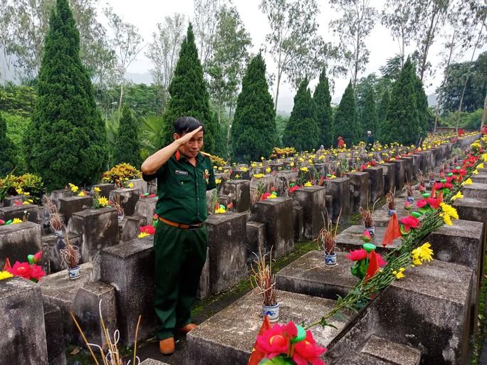 Nguyên Chủ tịch nước Trương Tấn Sang thắp hương tri ân các liệt sĩ trước ngày Giỗ trận Vị Xuyên - Ảnh 17.