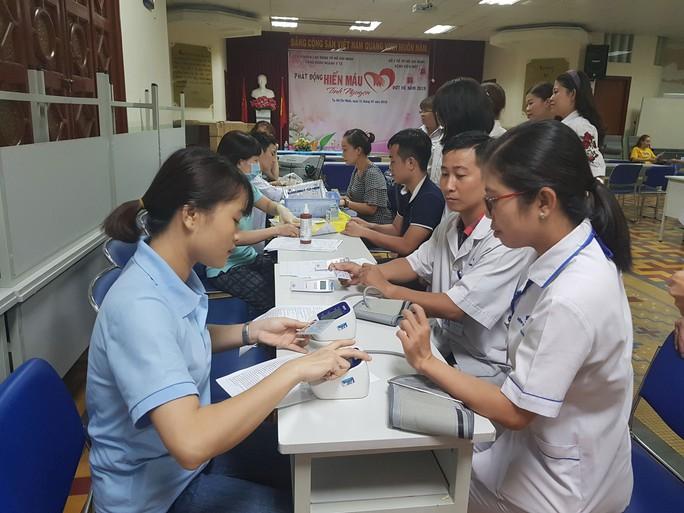 Hơn 100 y - bác sĩ tham gia hiến máu cứu người - Ảnh 1.