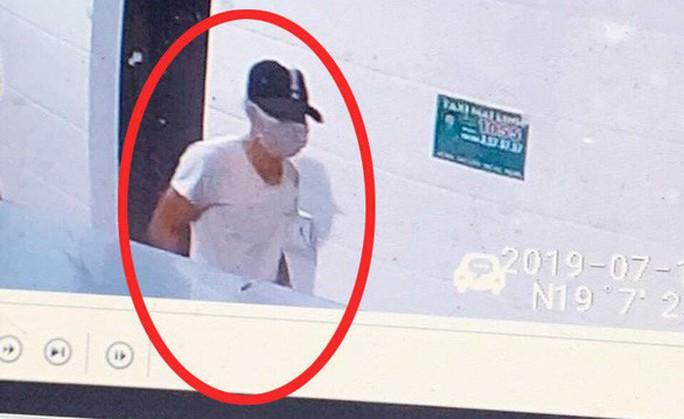 Công bố hình ảnh kẻ bịt mặt, đội mũ đâm chết nữ nhân viên bán xăng - Ảnh 1.