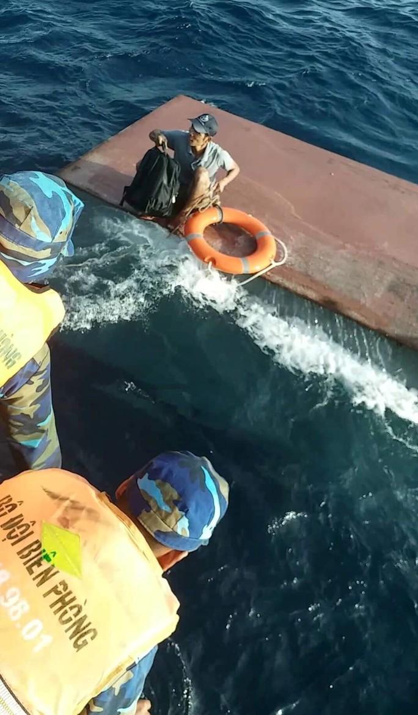 Tàu chở 15.000 lít dầu bị chìm, 4 thuyền viên vừa được cứu vớt - Ảnh 1.