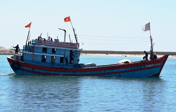 Tàu nghĩa tình Quỹ Tấm lòng vàng Người Lao Động cứu 32 ngư dân nước ngoài gặp nạn - Ảnh 1.