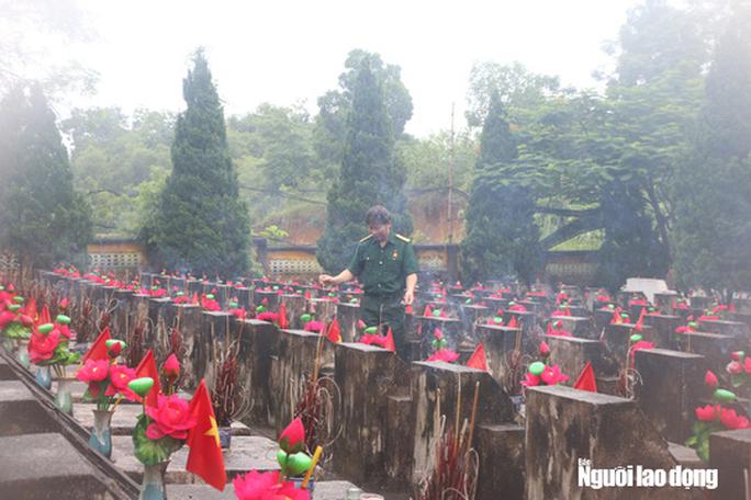 Nghẹn ngào đội mưa viếng đồng đội trước ngày Giỗ trận 12-7 ở Vị Xuyên - Ảnh 7.