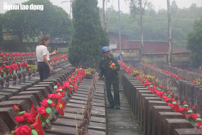 Nghẹn ngào đội mưa viếng đồng đội trước ngày Giỗ trận 12-7 ở Vị Xuyên - Ảnh 8.