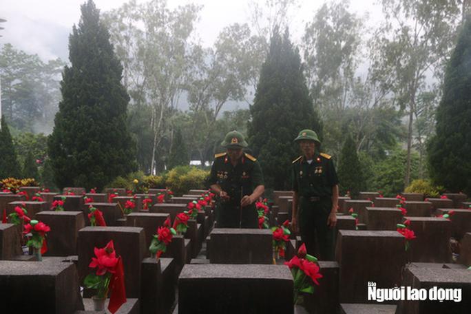 Nghẹn ngào đội mưa viếng đồng đội trước ngày Giỗ trận 12-7 ở Vị Xuyên - Ảnh 9.