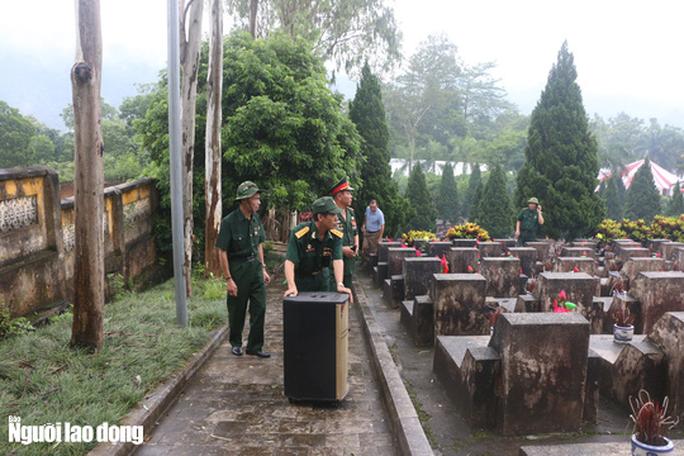 Nghẹn ngào đội mưa viếng đồng đội trước ngày Giỗ trận 12-7 ở Vị Xuyên - Ảnh 12.