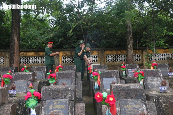 Nghẹn ngào đội mưa viếng đồng đội trước ngày Giỗ trận 12-7 ở Vị Xuyên - Ảnh 13.