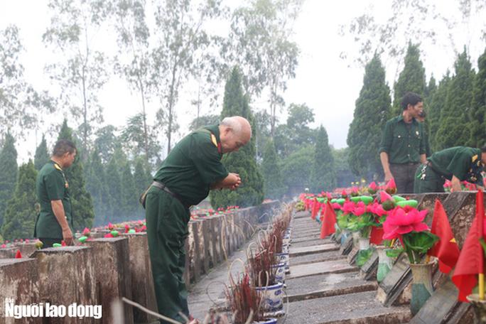 Nghẹn ngào đội mưa viếng đồng đội trước ngày Giỗ trận 12-7 ở Vị Xuyên - Ảnh 18.