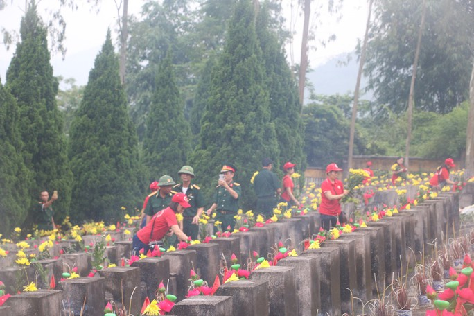 Nguyên Chủ tịch nước Trương Tấn Sang thắp hương tri ân các liệt sĩ trước ngày Giỗ trận Vị Xuyên - Ảnh 10.