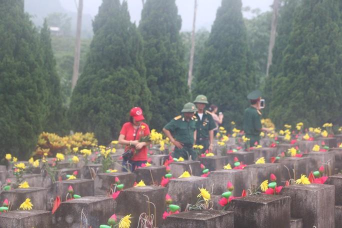 Nguyên Chủ tịch nước Trương Tấn Sang thắp hương tri ân các liệt sĩ trước ngày Giỗ trận Vị Xuyên - Ảnh 11.
