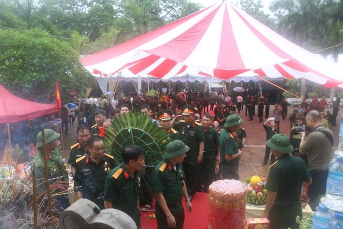 Nguyên Chủ tịch nước Trương Tấn Sang thắp hương tri ân các liệt sĩ trước ngày Giỗ trận Vị Xuyên - Ảnh 13.