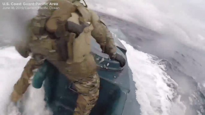 Tuần duyên Mỹ rượt tàu bán ngầm chở ma túy như phim hành động - Ảnh 2.