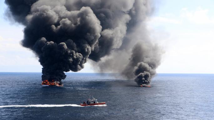 Tuần duyên Mỹ rượt tàu bán ngầm chở ma túy như phim hành động - Ảnh 3.