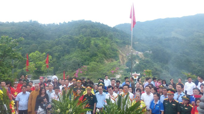 Nguyên Chủ tịch nước Trương Tấn Sang trao 276 căn nhà tặng cựu binh Vị Xuyên - Ảnh 1.