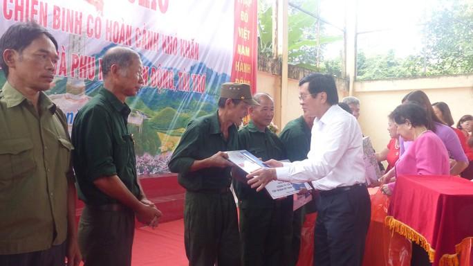 Nguyên Chủ tịch nước Trương Tấn Sang trao 276 căn nhà tặng cựu binh Vị Xuyên - Ảnh 13.