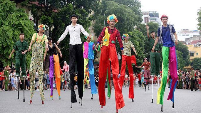 Hà Nội: Biểu diễn múa dân gian Con đĩ đánh bồng trong lễ hội đường phố - Ảnh 3.