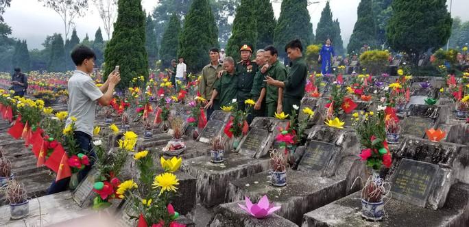 Nguyên Chủ tịch nước Trương Tấn Sang trao 276 căn nhà tặng cựu binh Vị Xuyên - Ảnh 10.