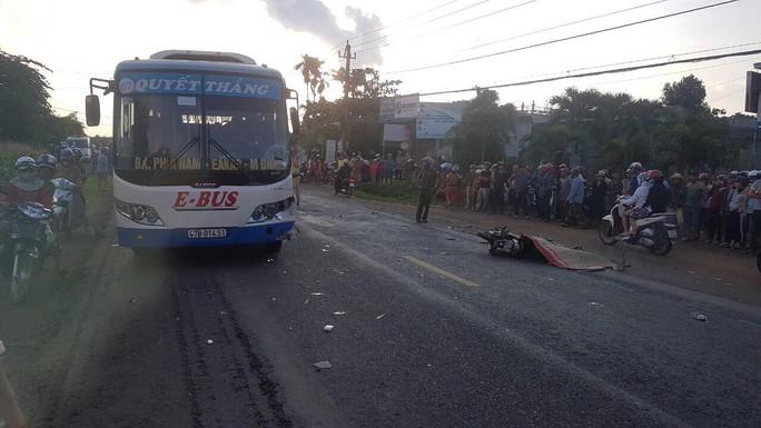 Xe buýt và xe máy đối đầu, người đàn ông tử vong tại chỗ - Ảnh 1.