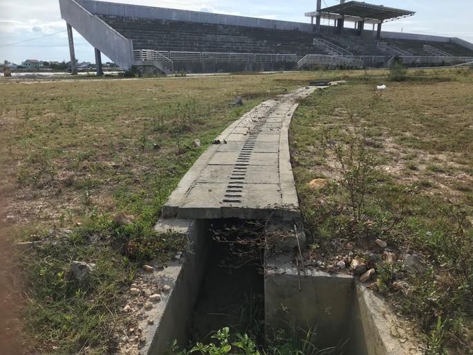 Sân vận động xây dựng 6 năm, chỉ có khán đài - Ảnh 14.
