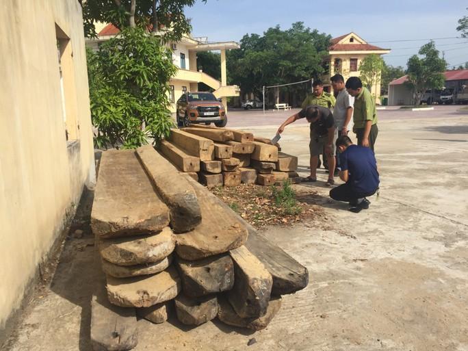 Truy đuổi xe chở gỗ lậu, kiểm lâm bị lâm tặc dùng đá đập vào đầu cấp cứu - Ảnh 2.