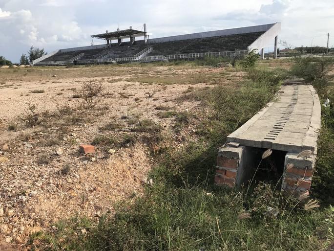 Sân vận động xây dựng 6 năm, chỉ có khán đài - Ảnh 1.