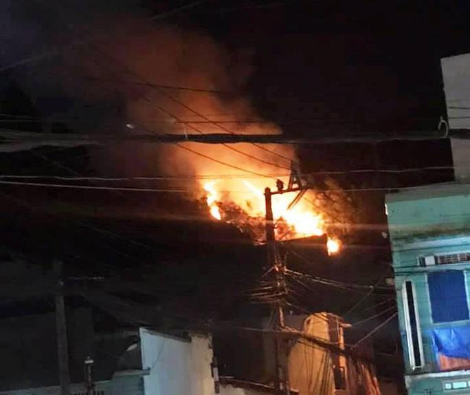 Trắng đêm dập lửa trong đám cháy giữa nội thành Quy Nhơn - Ảnh 2.