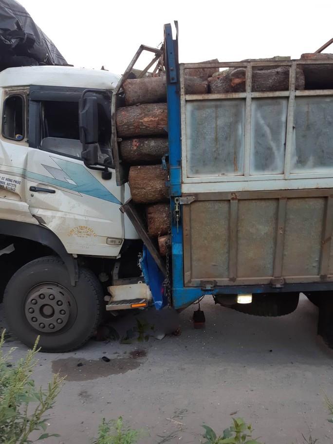 Đang sửa xe, tài xế xe củi bị xe than tông chết - Ảnh 1.