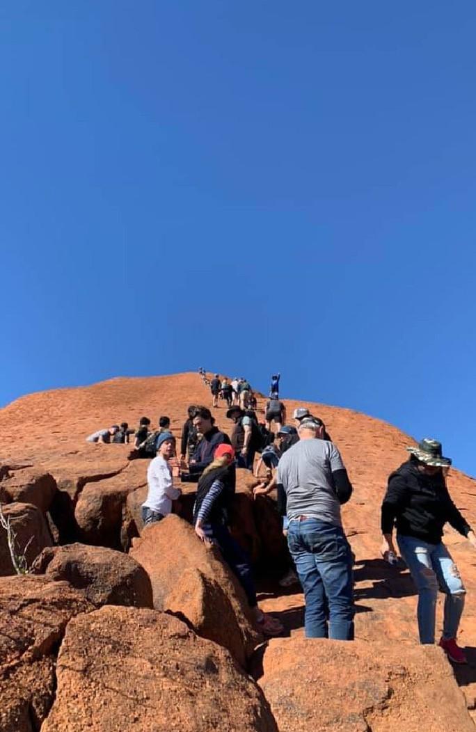 Úc: Du khách đổ xô leo núi thiêng trước khi bị cấm - Ảnh 1.
