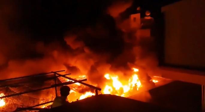 Hình ảnh 45 ki ốt cháy thành tro, tiểu thương điêu đứng - Ảnh 1.