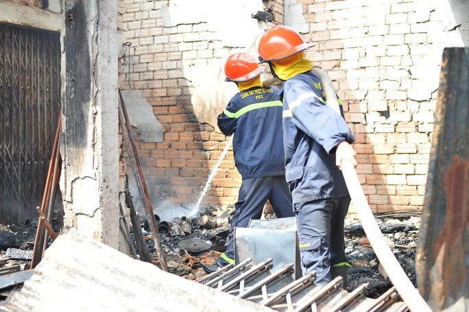 Hình ảnh 45 ki ốt cháy thành tro, tiểu thương điêu đứng - Ảnh 8.