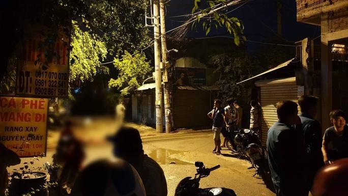 Hai nhóm hỗn chiến trước quán nhậu ở TP HCM, một người chết - Ảnh 2.