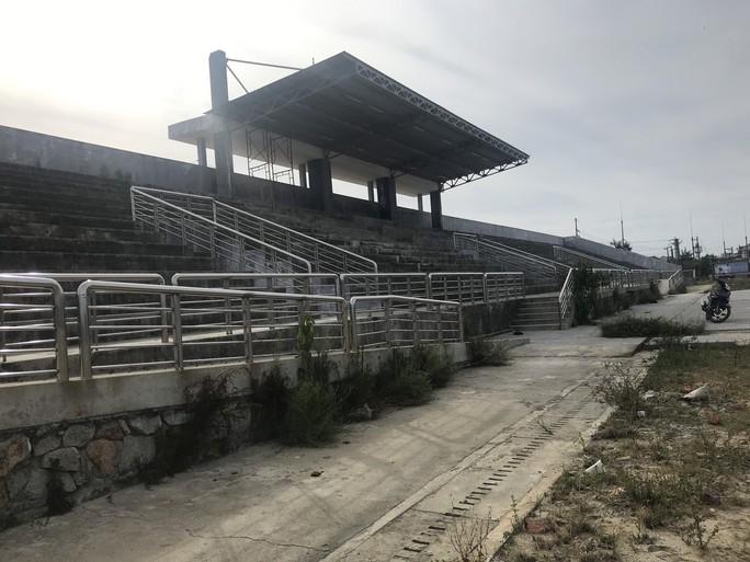 Sân vận động xây dựng 6 năm, chỉ có khán đài - Ảnh 6.