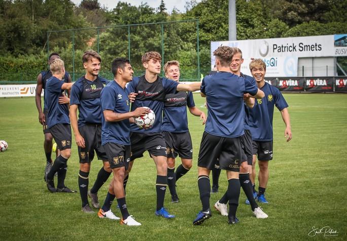 Công Phượng vui đùa cùng đội bóng mới trong trận giao hữu thắng Gent 4-2 - Ảnh 2.
