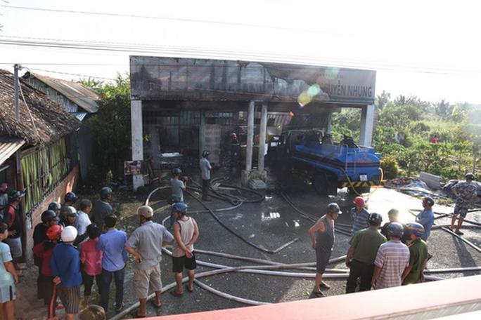 Cây xăng bất ngờ phát cháy dữ dội, 2 người bị bỏng - Ảnh 1.