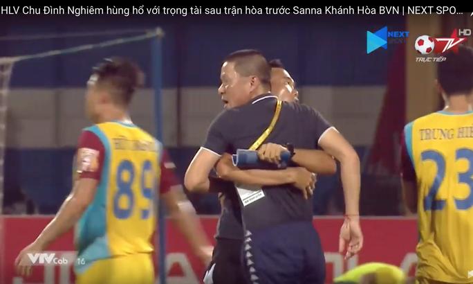 Người hâm mộ mong VFF xử nặng HLV Chu Đình Nghiêm vì đòi ăn thua với trọng tài - Ảnh 2.