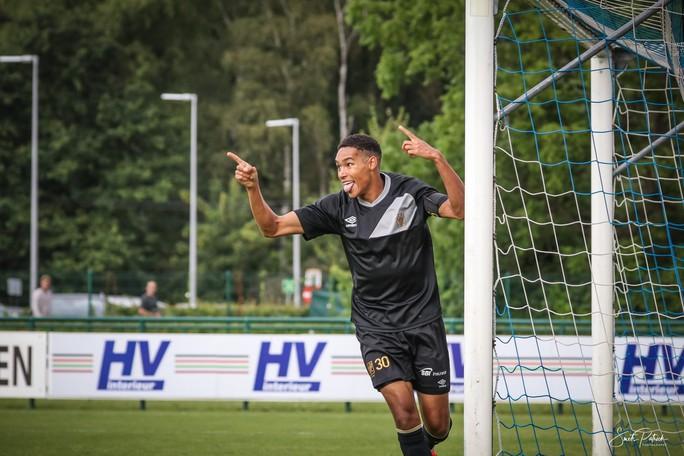 Công Phượng vui đùa cùng đội bóng mới trong trận giao hữu thắng Gent 4-2 - Ảnh 1.