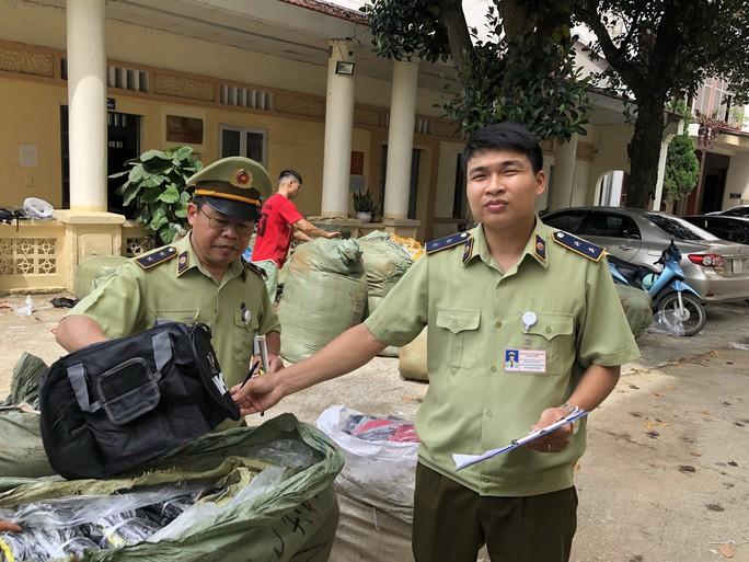 Bắt giữ lô hàng túi xách Adidas, Nike nhái trên đường về Hà Nội tiêu thụ - Ảnh 1.