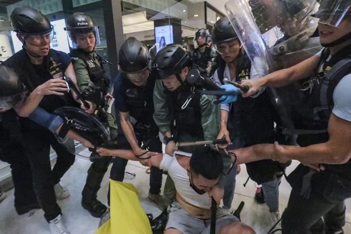 Hồng Kông: Bạo loạn tại trung tâm mua sắm, 22 người nhập viện - Ảnh 2.