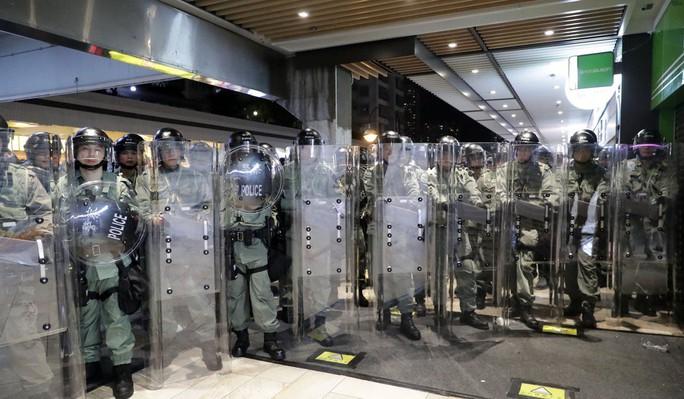 Hồng Kông: Bạo loạn tại trung tâm mua sắm, 22 người nhập viện - Ảnh 4.