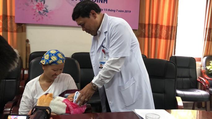 Mẹ ung thư vú giai đoạn cuối hạnh phúc đón con trai Đỗ Bình An xuất viện - Ảnh 10.