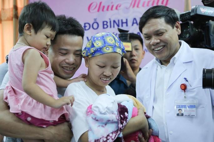 Mẹ ung thư vú giai đoạn cuối hạnh phúc đón con trai Đỗ Bình An xuất viện - Ảnh 9.