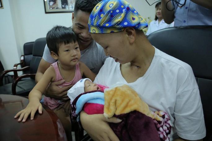 Mẹ ung thư vú giai đoạn cuối hạnh phúc đón con trai Đỗ Bình An xuất viện - Ảnh 12.