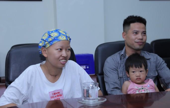 Mẹ ung thư vú giai đoạn cuối hạnh phúc đón con trai Đỗ Bình An xuất viện - Ảnh 1.