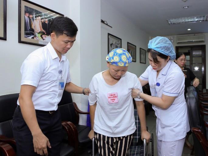 Mẹ ung thư vú giai đoạn cuối hạnh phúc đón con trai Đỗ Bình An xuất viện - Ảnh 4.