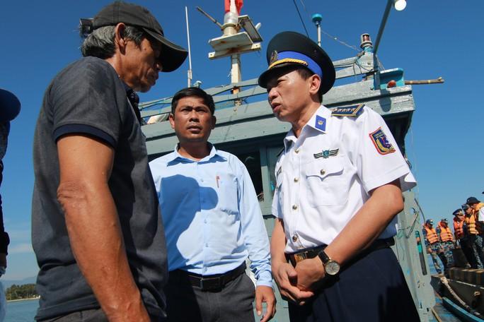 Cảnh sát biển cứu nạn, sửa giúp tàu cho ngư dân - Ảnh 7.