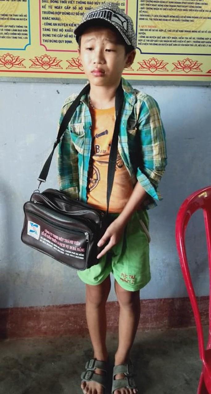 Cậu bé bán vé số phụ giúp ba mẹ tâm thần bị cướp đánh gãy tay - Ảnh 4.