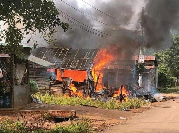Sau tiếng nổ lớn, căn nhà bốc cháy, người phụ nữ bị phỏng nặng - Ảnh 1.