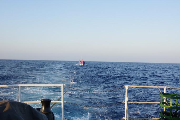 Cảnh sát biển cứu nạn, sửa giúp tàu cho ngư dân - Ảnh 6.